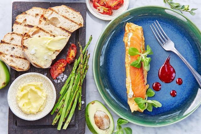 """Стильные завтраки в """"Moregrill"""", омлет с лососем"""