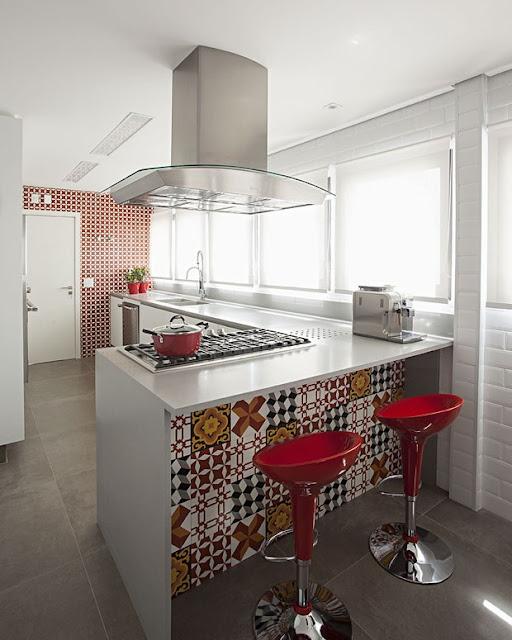 Piso-porcelanato-cimento-queimado-e-cozinha-moderna-e-iluminada