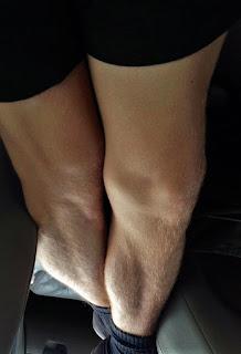 momak-prekrstenih-nogu-kao-devojka-noge-jedna-preko-druge