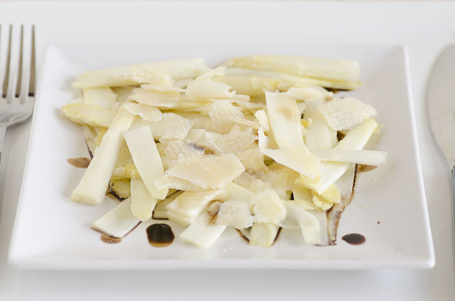 Antipasto di asparagi crudi e grana
