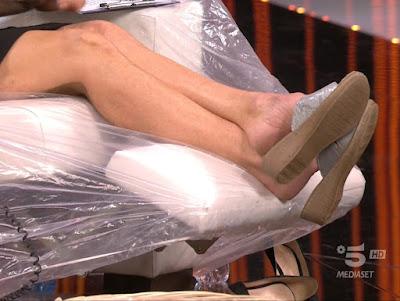 Maria de Filippi felicissima sera gambe piedi ciabatte 16 aprile