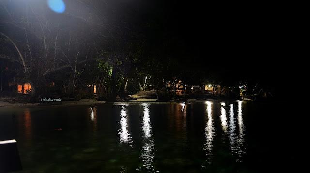 malam hari di Talaip Homestay, Raja Ampat +jelajahkeluargasuwanto