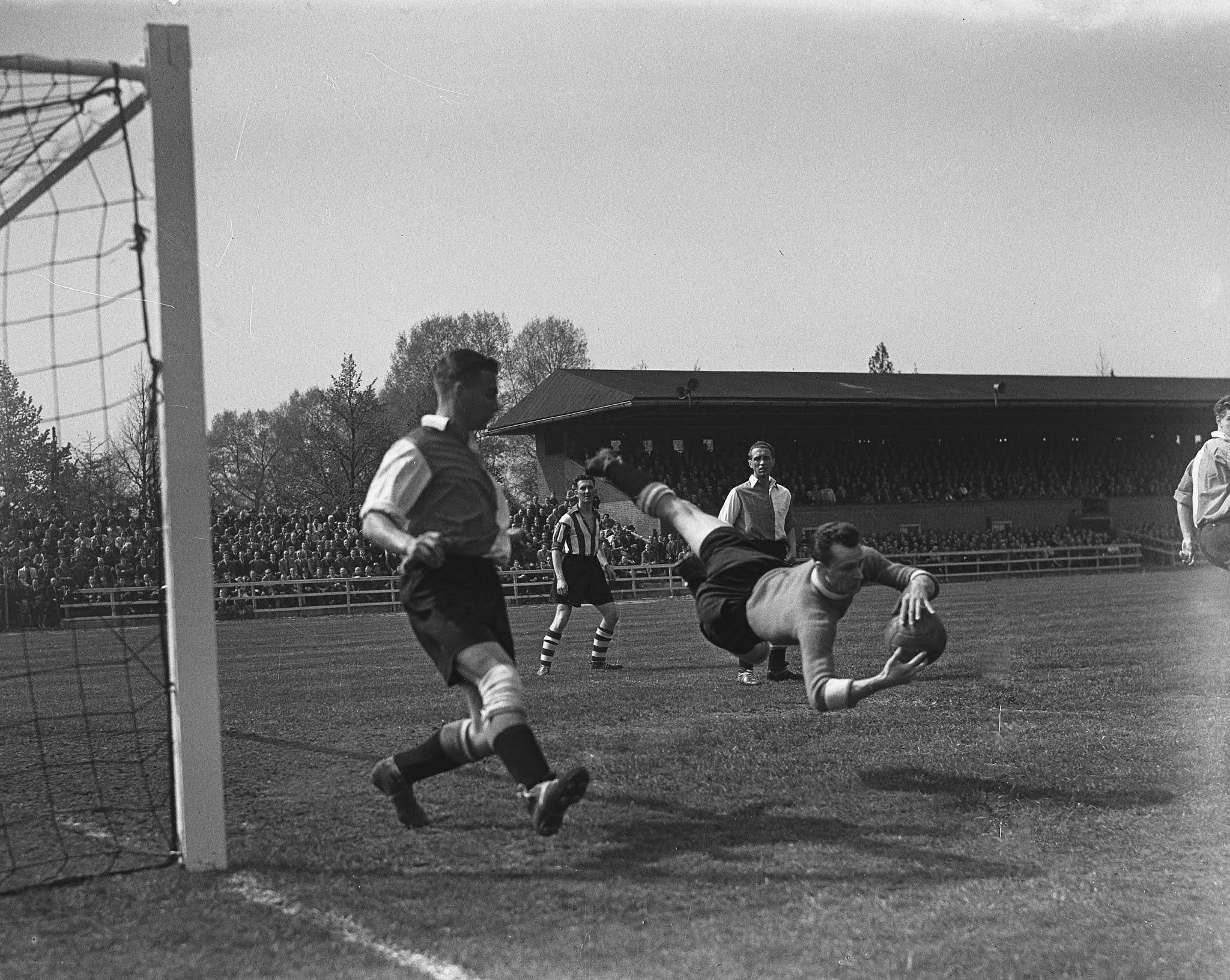 Henk van der Bijl (Feyenoord) met een spectaculaire redding tegen Eindhoven