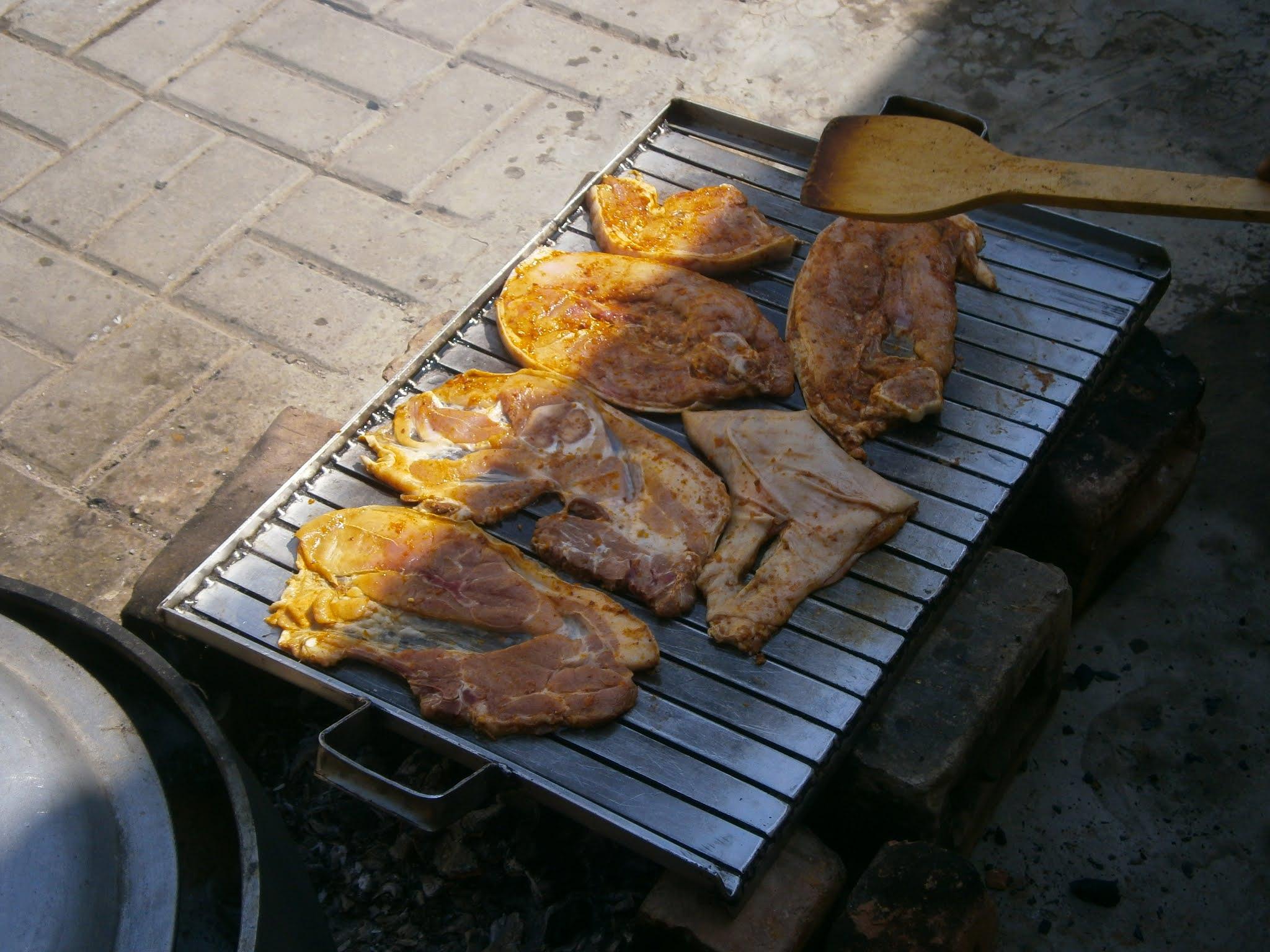 Descripción de la fotografía. Parrilla de chancho comida peruana hecha sobre parrilla y cocinada sobre brasas. Comida de la parrillada de chancho hecho sobre carbon y de sabor delicioso.