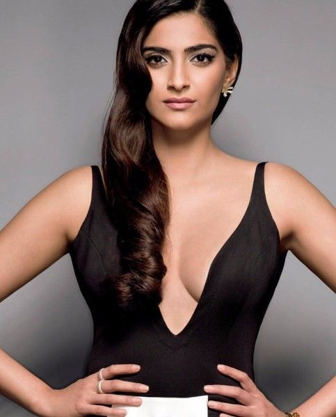 Actress Sonam Kapoor Cleavage and Navel Actress Trend