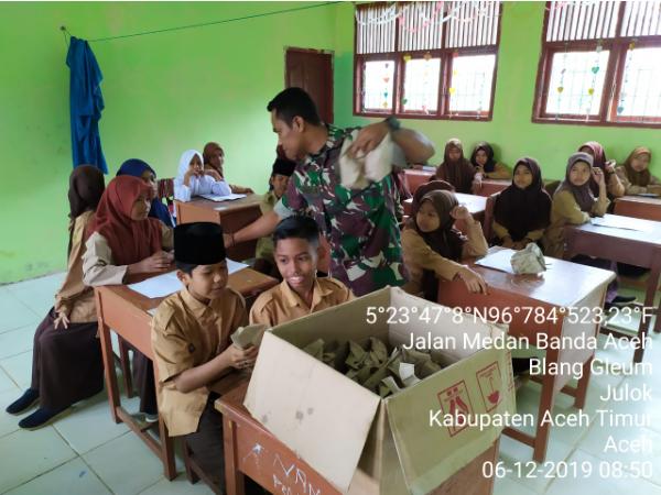 Saling Berbagi, Koramil 07/Jlk Galakkan Jum'at Berkah Bagi Para Pelajar
