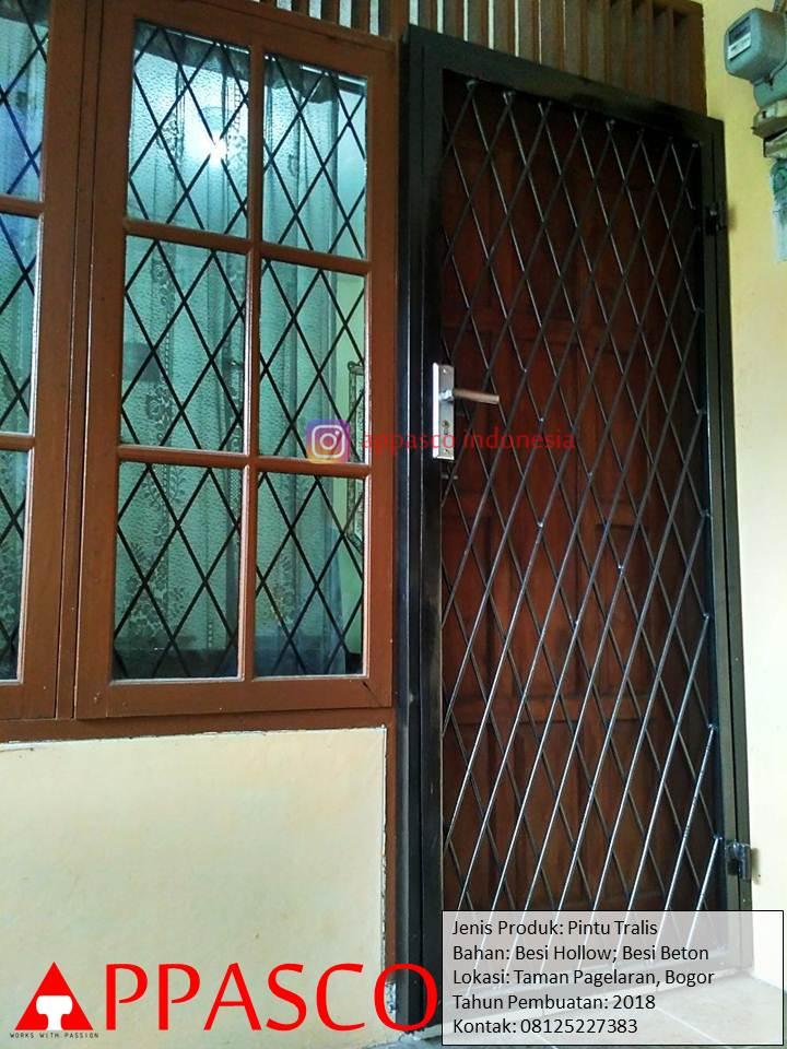 Pintu Teralis Besi Beton di Taman Pagelaran Bogor