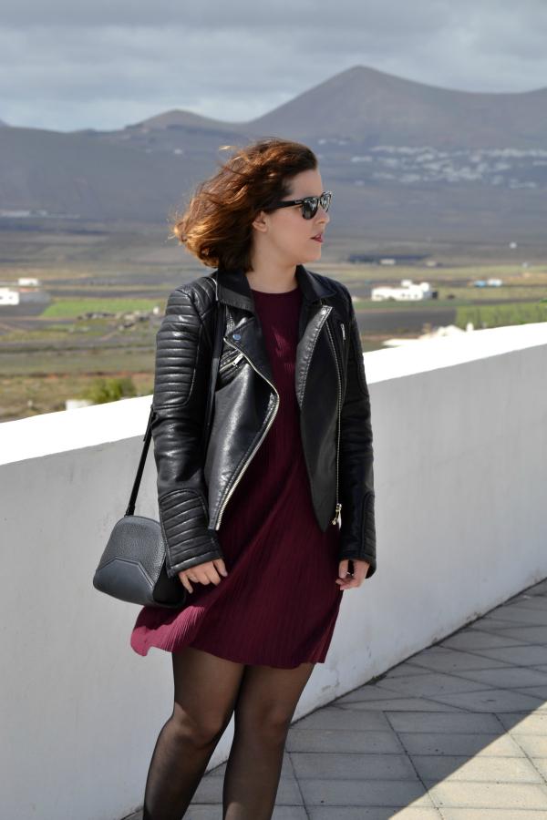 look_vestido_burdeos_cazadora_negra_botines_borlas_zara_lolalolailo_03