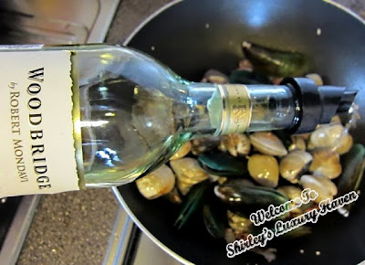 clams and mussels in sauvignon blanc