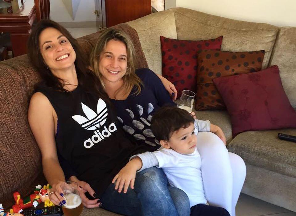 Fernanda Gentil posa com namorada e filho em momento de lazer