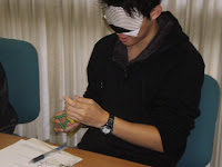 アイマスクをしてモノを鑑賞する男子学生さん