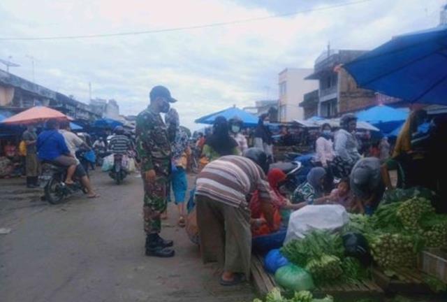 Ditempat Keramaian Personel Jajaran Kodim 0207/Simalungun Laksanakan Razia Masker Dipasar