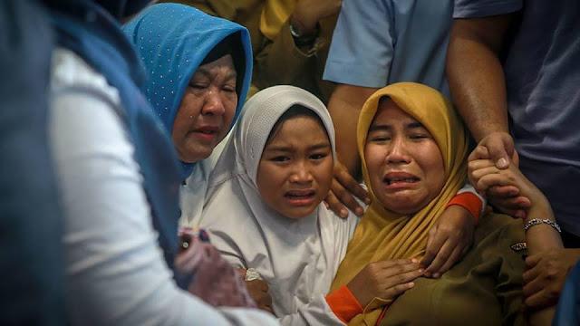 Gia đình những người gặp nạn túc trực ở sân bay Pangkal Pinang.