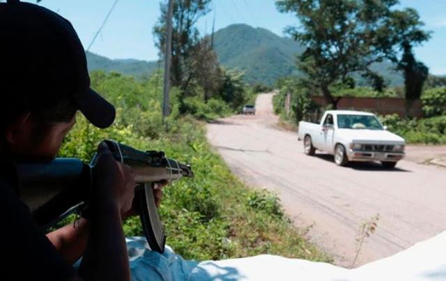 Ya no hay respeto Sicarios con mayor número y con ropa Militar irrumpió Comandancia en Guerrero, sacó a los policías los llevó a la plaza municipal y los ejecutó a sangre fría