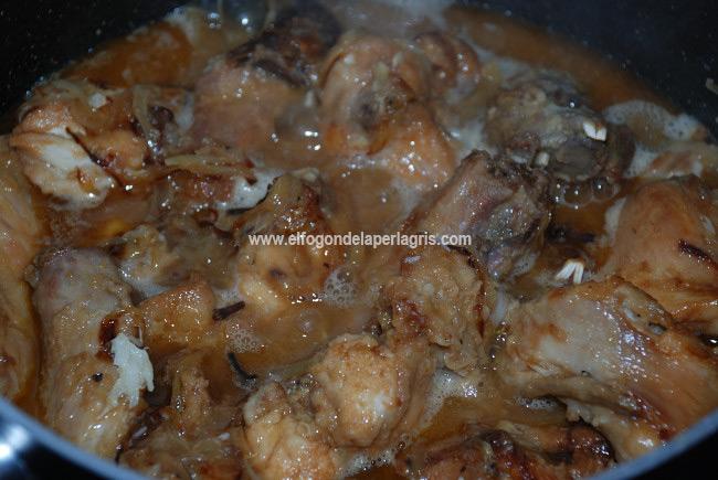 Cocinar el conejo en salsa