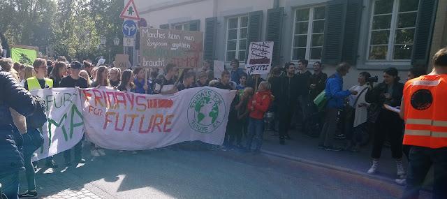 der Kopf der Demonstration mit dem großen Banner