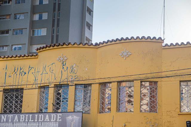 Outro predinho na João Gualberto - detalhe da platibanda com ornamento de ferro