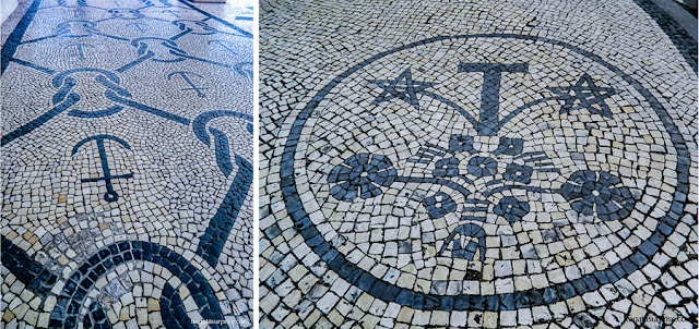 Desenhos típicos da Arte Nova nas calçadas de pedras portuguesas de Aveiro