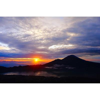 foto sunrise dari puncak gunung batur bali