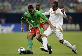 David Fleurival de Guadalupe disputa el balón con Armando Collado de Nicaragua en el partido de la Copa de Oro 2009
