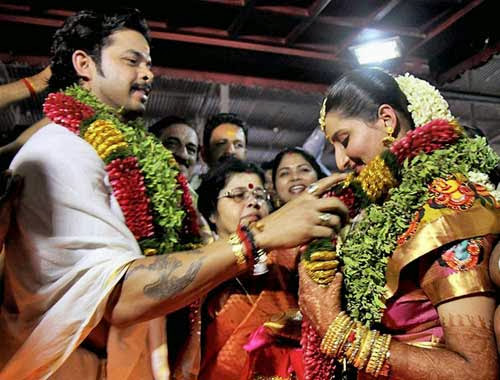 Sreesanth and Bhuvneshwari exchanging flower garlands in varmala  ceremony