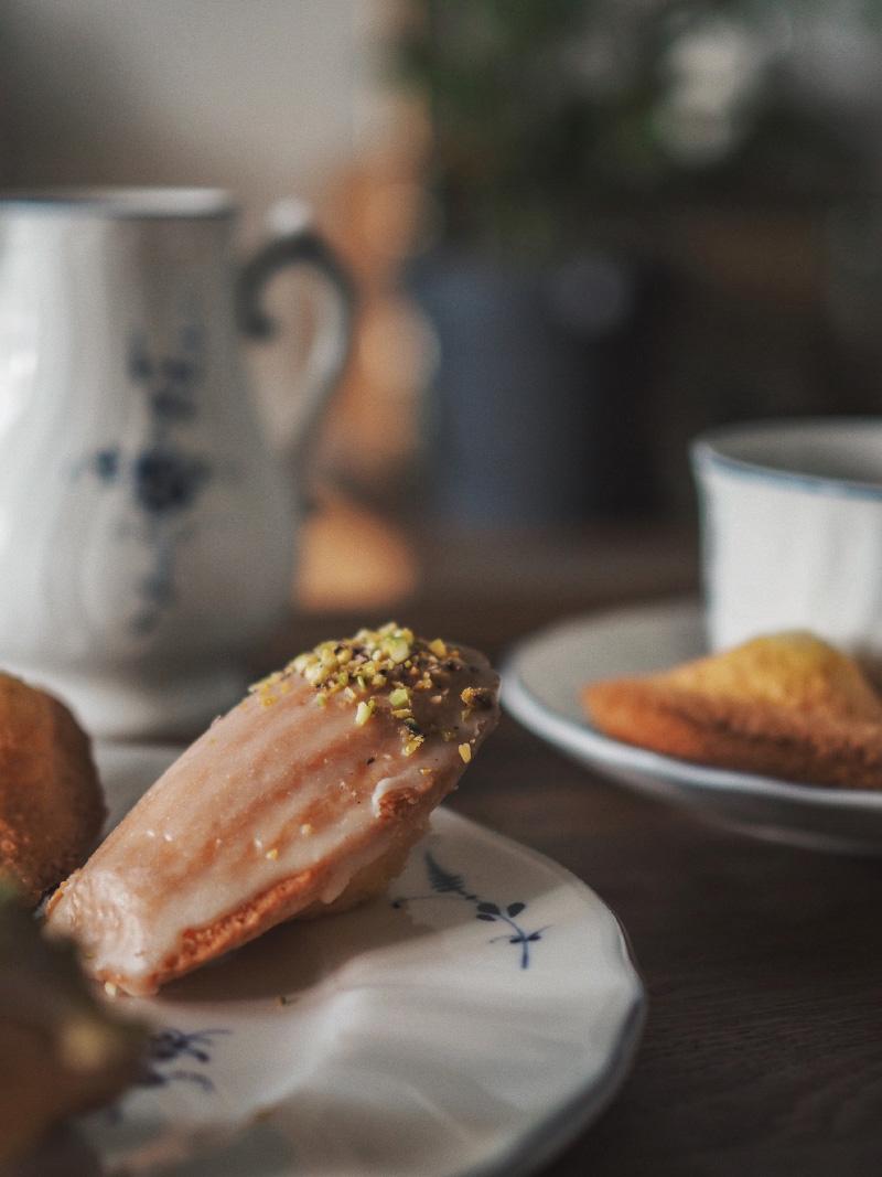 Recette de madeleines nature et glaçage chocolat blanc, miel et pistache