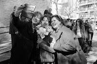 Las amigas se sacan una selfie con la novia luego de su casamiento por civil. Foto de Cristian Moriñigo, de Positive