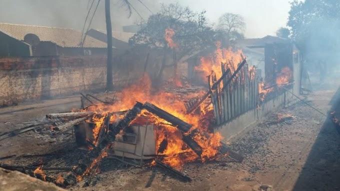 Casa de madeira pega fogo e criança é atingida pelas chamas