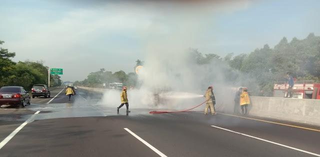 Polisi Melakukan Evakuasi Kecelakaan di Tol Jagorawi KM 39