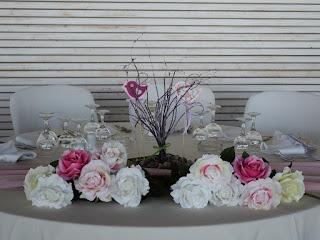 διακόσμηση τραπεζιού βάπτισης με τριαντάφυλλα, πουλάκια και κλαδάκια
