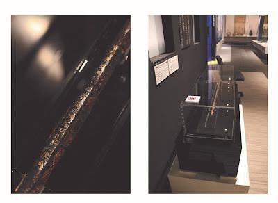 左:文字が記されている刀身の棟、右:展示ケース全体