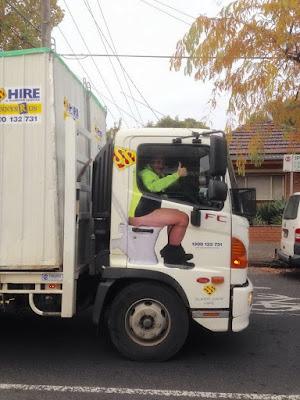 Komischer LKW Fahrer grüßt - Daumen hoch