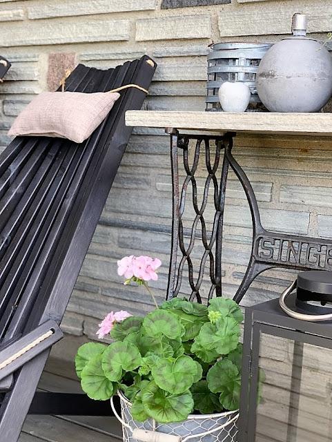 Sitteplass med tak over - detalje av stol, plante og singerbord med skiferplate IMG_3265 (2)-min