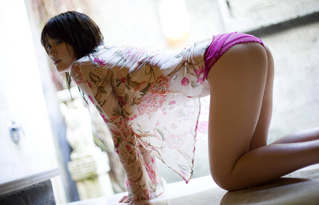 mikie hara sexy cleavage pics 02