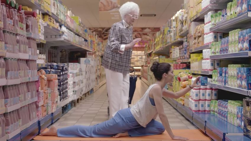 Pubblicità Dietor pubblicità con vecchietta e ragazza che fa yoga con Foto - Testimonial Spot Pubblicitario 2016