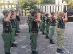 Tingkatkan Disiplin Linmas di Kelurahan, Babinsa Koramil 04/Jebres Latih PBB