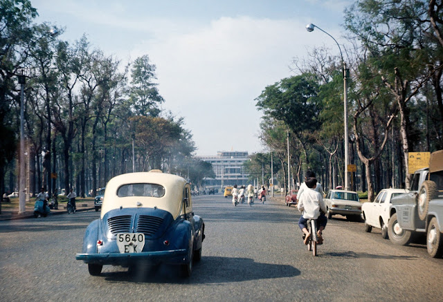 """Xe taxi hình dáng """"con bọ"""" lăn bánh trên đường phố Sài Gòn trước 1975"""