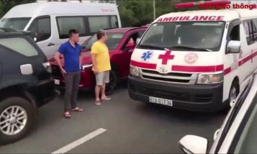 Hàng trăm tài xế đánh lái, nhường đường cho xe cứu thương trên cao tốc