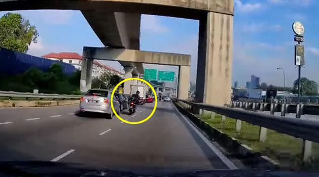 (Video) 'Alahai, malunya...' Penunggang motosikal terciduk ketika cuba balas dendam