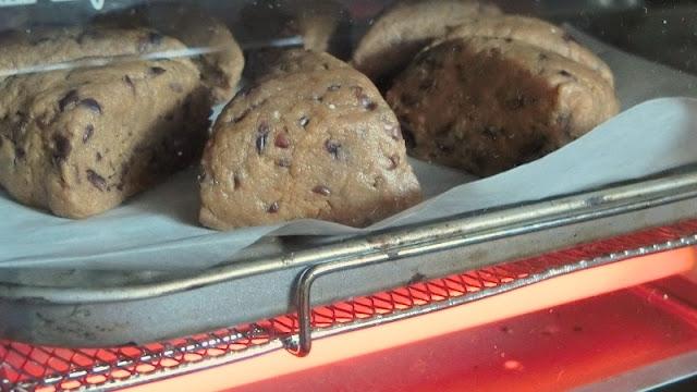 オーブントースターの天板にクッキングシートを敷き、間隔をあけて並べ入れたらオーブントースターで焼く。
