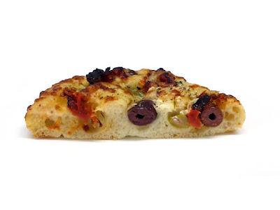 オリーブ・トマト・グリエールチーズのフォカッチャ | Le Ressort(ル・ルソール)