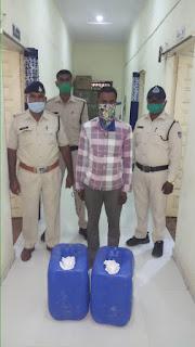 अवैध शराब बिक्री करने वालों की हो रही धरपकड, 60 लीटर कच्ची महुआ शराब के साथ आरोपी पकडाया