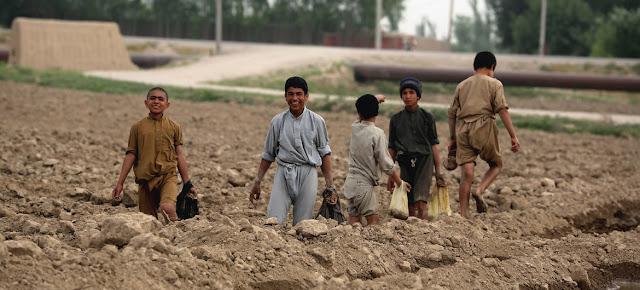 Niños agricultores trabajan en la provincia de Balkh, en Afganistán.Banco Mundial/Ghullam Abbas Farzami