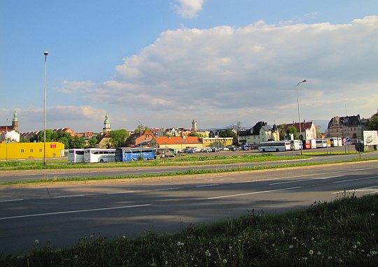 Przy drodze krajowej nr 3, po drugiej stronie mamy dworzec autobusowy.