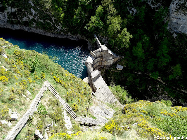 Vistas el Embalse de la Jocica en la ruta al Pico Camperón en Picos de Europa