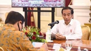 Pedagang Asongan Curhat Sedih Omzetnya Turun, Dijawab Jokowi: Negara Juga Sama