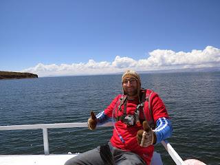 Pedro em pose para foto em cima do barco.