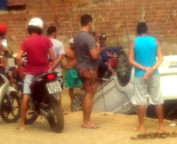 Carro capota e cai dentro de córrego no distrito de São Domingos