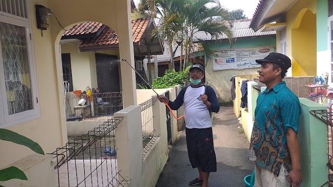 Cegah Corona, Warga Cikumpa Tirtajaya Lakukan Penyemprotan Disinfektan