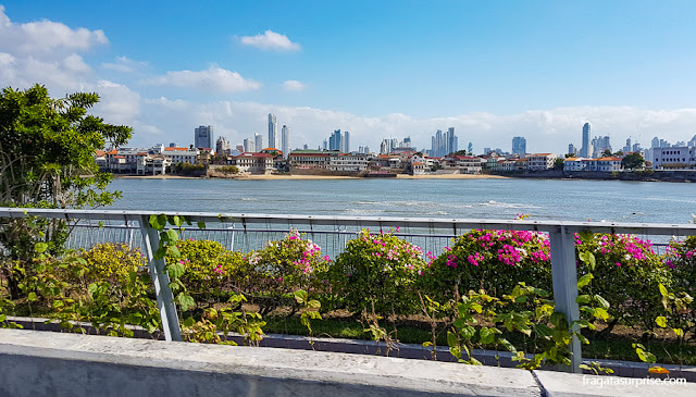 O casco Viejo do Panamá visto da Cinta Costera 3, avenida construída sobre o mar